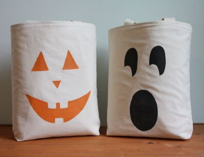 Stencil faces onto bags for these fun Halloween trick or treat totes!
