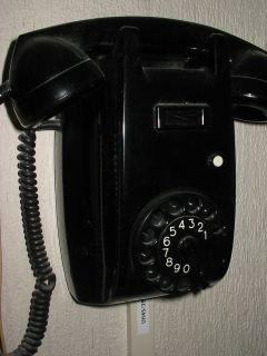 """Telefoon met draaischijf. Vandaar dat we een """"nummer draaien"""". De onze hing in de hal."""