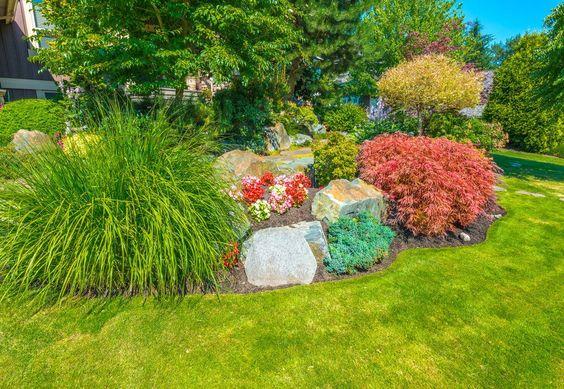 Nicht blühende Sträucher sind auch einen großen bunten Schmuck für Ihren Vorgarten. Himmelsbambus Pflanzen und Landschaft Gräser sind eine gute Partie. Fügen Sie ein paar Blumen und Bäumen.