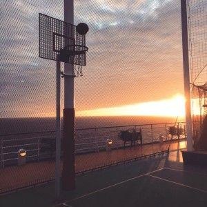 Basketbllspielen im Sonnenuntergang >> AIDA_Sportdeck
