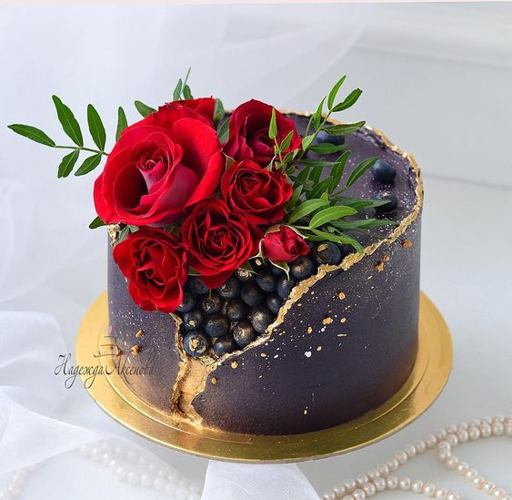 K'Mich Weddings - wedding planning - wedding cake - geode blueberry filled with sugar red rose on top