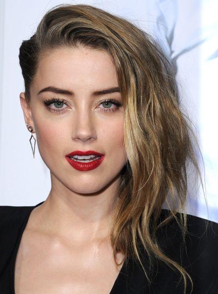 Acconciature capelli lunghi   Amer Head: asimetria fluente e capelli raccolti a metà
