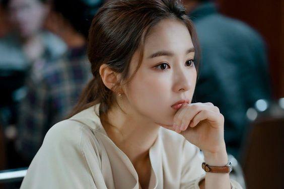 "Shin Se Kyung Turns Into Hard-Working Translator In Upcoming Drama ""Run On"""