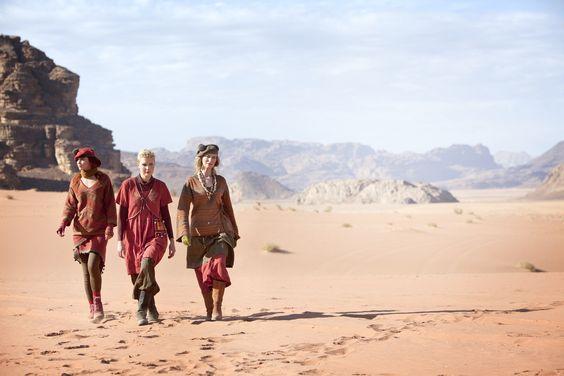 """Herbstmode 2012 - Modische Wüstenwanderung:  Die Models präsentieren die Kollektion """"schottisches Hochland"""" mit Jacquardstrick und Webkaro in der jordanischen Wüste """"Wadi Rum"""". Die ursprüngliche Inspiration kam trotzdem vom schottischen Hochland, das sich farblich sehr einem Sonnenuntergang in der jordanischen Wüste ähnelt."""