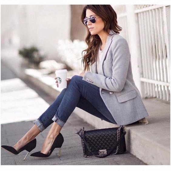 Uma calça jeans, um scarpin e um blazer fazem uma excelente combinação para o dia a dia de trabalho! Se o seu cargo exige um pouco mais de formalidade, substitua a calça jeans por uma calça alfaiataria! #dicasbys