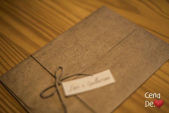 Convite com envelope em Kraft e monograma em relevo seco. descontraído e elegante.