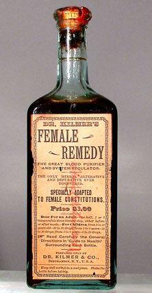 """""""Especialmente adaptado a las constituciones femeninas,"""" Este fue el primer producto fabricado por el Dr. Kilmer & Co., una empresa fundada en la década de 1870 por un exitoso médico de Binghamton, Nueva York.  Su etiqueta proclama la medicina como """"el gran purificador de la sangre y regulador del sistema.  El único Alterative herbario y Deuprative descubierto nunca. """""""