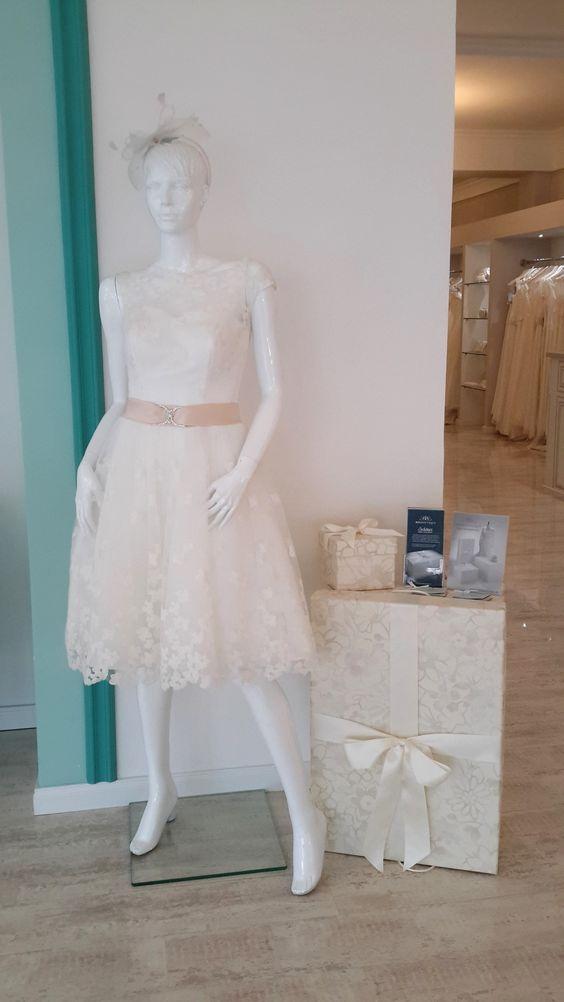 Unsere Brautkleidbox CREAMY WHITE FLOWERS in Größe M und Kopfschmuck-Box findet ihr bei der Brautblüte in Krefeld. www.boxboutique.de www.brautbluete.de #Brautkleidbox #BoxBoutique