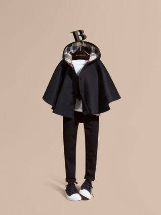 Capa de lana con capucha y forro de checks y corazones