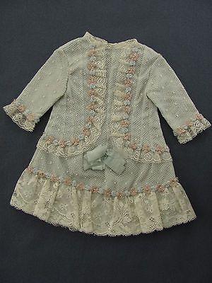 Wunderschoenes-antikes-Puppenkleid-Tuell-auf-Taft-mit-Seidenroeschen-u-Spitze-1900