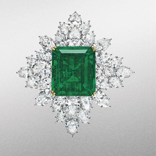Broche Harry Winston en or, diamants taille poire et une émeraude centrale rectangulaire de 42.88 carats http://www.vogue.fr/joaillerie/a-voir/diaporama/la-vente-de-bijoux-magnificent-jewels-de-christie-s-a-new-york/18354/image/993847#!broche-harry-winston-en-emeraude-vente-magnificent-jewels-de-christie-039-s-a-new-york