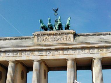 Deutsche Politik - auf Sicht gefahren, zunehmend mit Scheuklappen, also Smartphone-Bildschirmen und Kopfhörern.