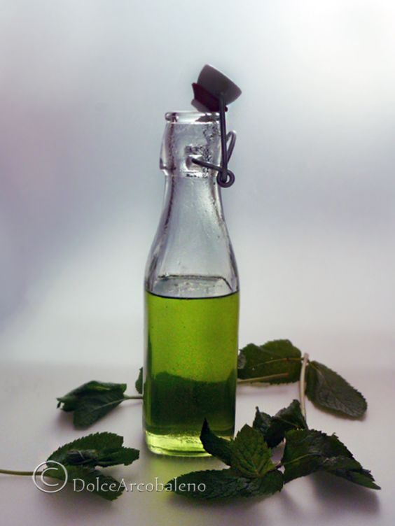 Impariamo insieme a fare questo facilissimo fresco e dolce sciroppo alla menta piperita per rinfrescare le nostre estati e profumare i dolci più buoni. We learn together to make this easy and sweet syrup fresh peppermint to refresh our summers and perfuming the most delicious cake.