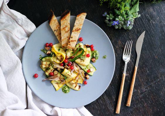 Unser heutiges Sonntagsgericht ist mal wieder ein vegetarisches. Der Zucchinisalat mit Johannisbeeren ist perfekt für warme Sommertage, leicht und einfach gemacht.