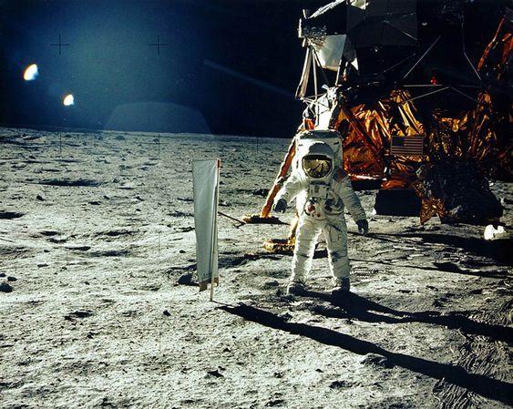 月面に着陸して輝いて見える画像