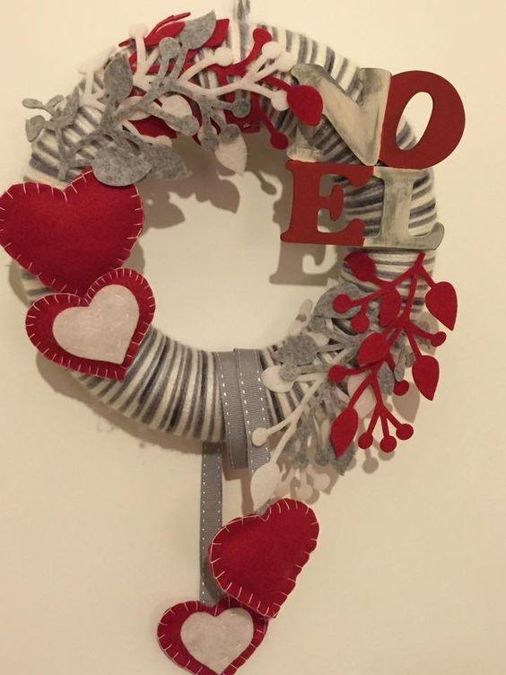 Ghirlanda natalizia con scritta NOEL in legno decapato rosso e bianco, cuori imbottiti e rametti di pannolenci e feltro., by Pain Amour et Fantaisie, 29,90 € su misshobby.com