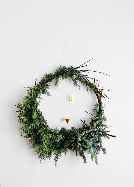 Décoration de noël naturelle à fabriquer    Couronne de Noël par la stylist Fleur McHarg                                                                                                                                                                                 More