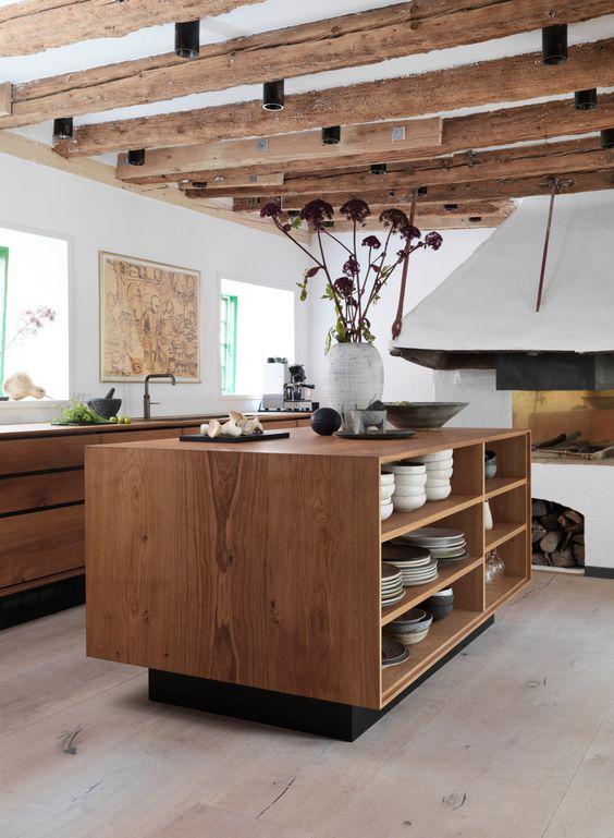 Küchen-Steckbrief #4: die Küche des dänischen Starkochs René Redzepi in Kopenhagen, designt von Garde Hvalsøe mit Holz von Dinesen aus Eiche und Marmor.