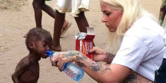 Emocionante! Um menino nigeriano que foi abandonado pela sua família após ser acusado de bruxaria apresentou imenso progresso na sua recuperação, após ser resgatado