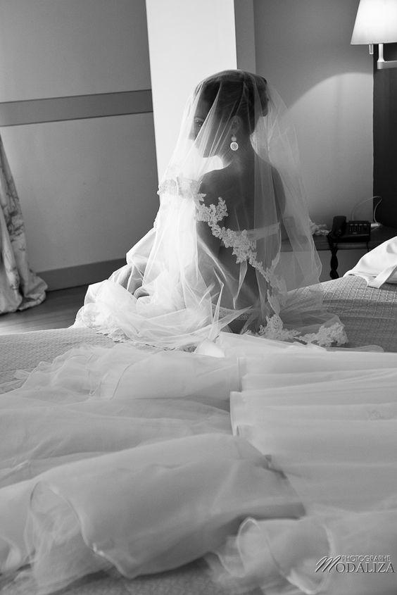 photo mariage préparatifs maquillage habillage boudoir robe mariée dentelle bride portrait lace voile chateau grattequina bordeaux by modaliza photographe-34