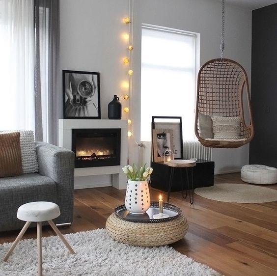 L'osier et le bois pour apporter une note cocooning à ce salon blanc-gris
