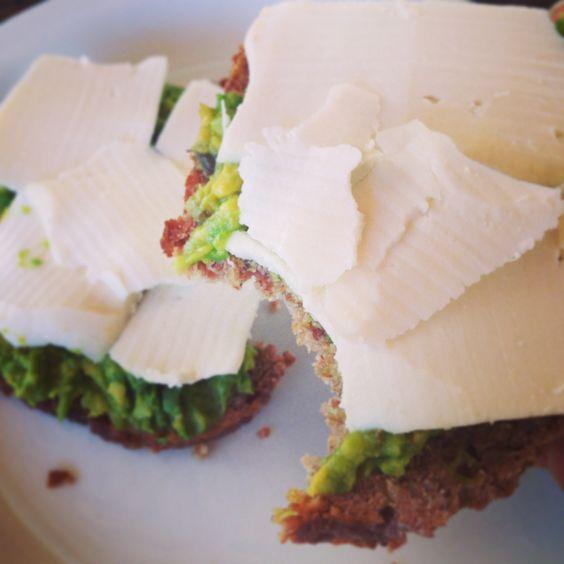 Pan con queso de cabra y palta