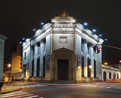 Museo del Banco Central en Lima iluminado por la noche
