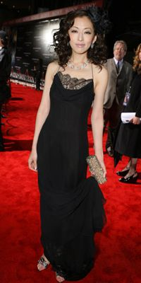 黒ドレスの松雪泰子