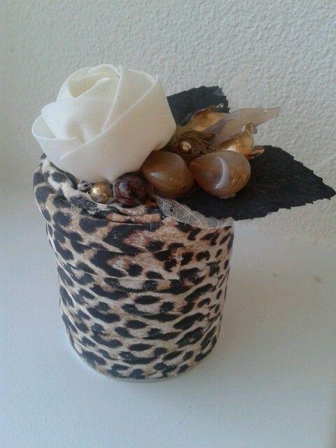 Altered pringles can with zpagetti  and flower. Pringles doosje met  hooked zpagetti. Gift box. Cadeau doosje.