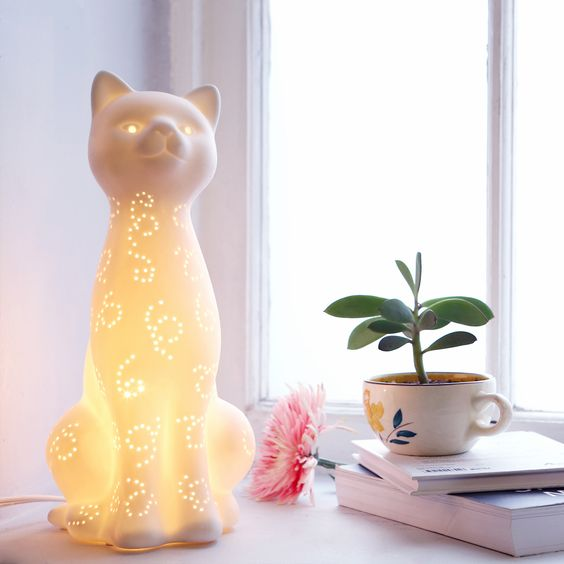 Cat lamp? Yes. urbanoutfitters I shouldn't like it, but I really do.....it's funkyfabulous: