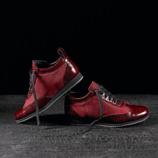 Sneakers in coccodrillo e camoscio realizzate a mano su