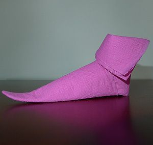 Pliage de serviette de table en forme de chaussoi de lutin de no l plier une - Plier serviette de table ...
