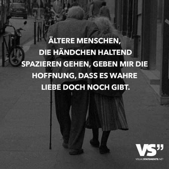 Ältere Menschen, die Händchen haltend spazieren gehen, geben mir die Hoffnung, dass es wahre Liebe doch noch gibt.