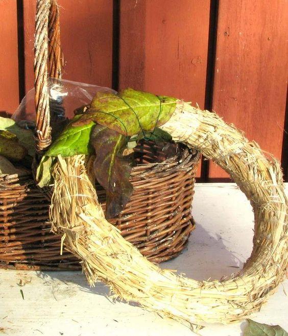 couronne de porte en paille et feuilles automnales