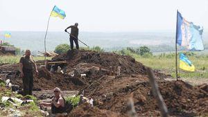 Ukrainische Soldaten bauen Schützengräben.