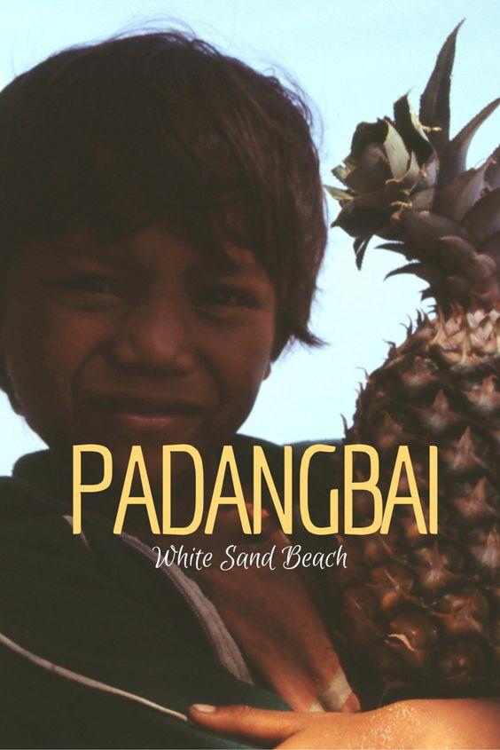 White Sand Beach in Padangbai heeft alles: een mooi golvend wit zandstrand, een azuurblauwe zee met krachtige branding en vriendelijke catering.