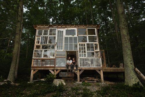 Une résidence secondaire tout en récup': façade = fenêtres récupérées