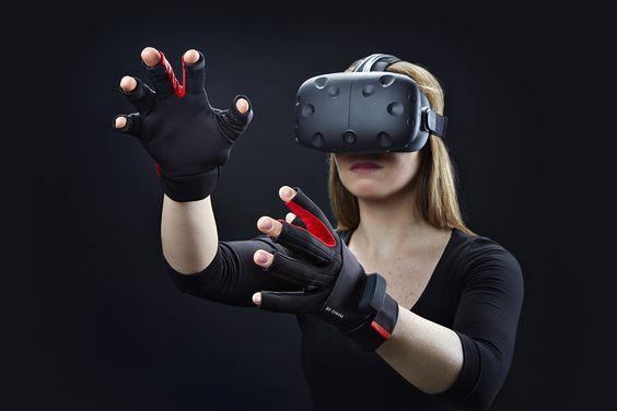 VRで何かをつかもうとする女性の画像