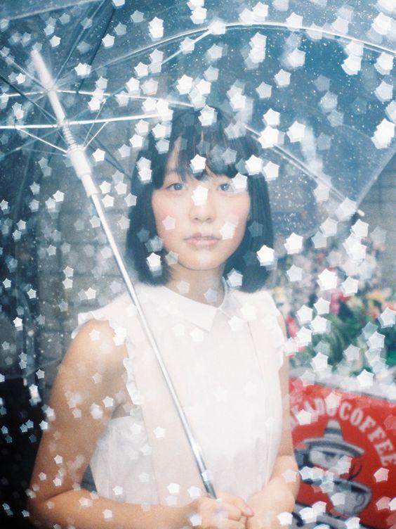 傘を持つ駒井蓮