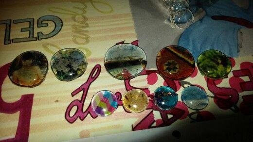 Broches y anillos con gemas. Decoración hecha a mano.