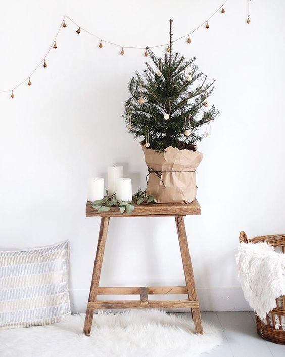 Que tal dar um charminho a mais a sua árvore de natal, usando uma sacola de papel em sua base? 🎄 (Vi