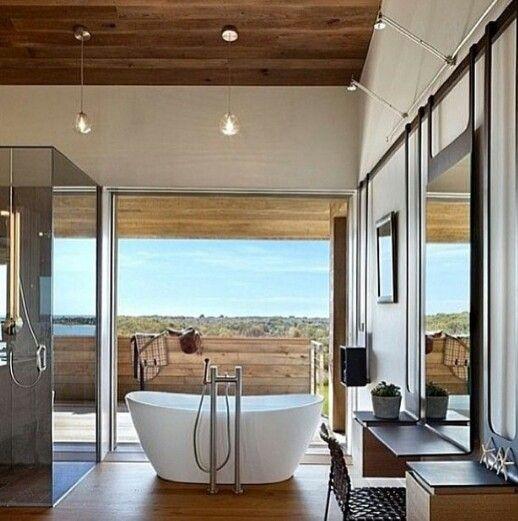Iluminação natural e uma banheira minimalista. Pq chic é ser simples!