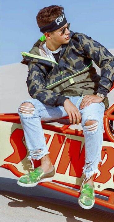 ダメージジーンズをはいたオースティンマホーンのかっこいい画像