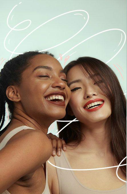 Dos chicas jóvenes, sonriendo