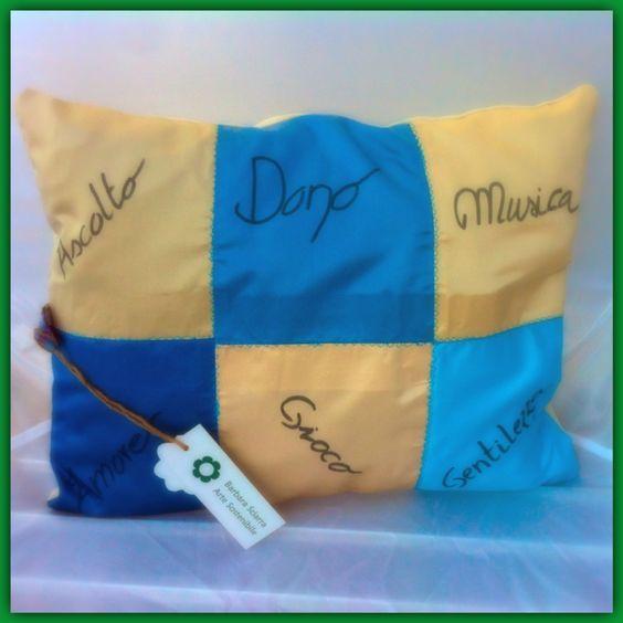 """Cuscino """"meditativo"""", realizzato con campioni di tessuto arredo, lino 100%. Colori vivaci con cuciture in contrasto azzurre.  Misura 40 x 40 cm"""
