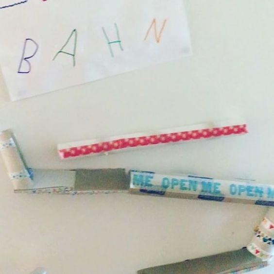 Guten Morgen! ☀️ Wir sind eigentlich spät dran, aber die Klorollen-Murmelbahn (die die Kids gestern gebaut haben) ist gerade spannender als sich für die Schule fertig zu machen 🙈😉 Die Anleitung folgt später auf dem Blog 😊 #lebenmitkindern #alltagmitkindern #mamabloger #craft #kidscraft #bastelnmitkindern #bastel #klopapierrolle #murmelbahn #kugelbahn