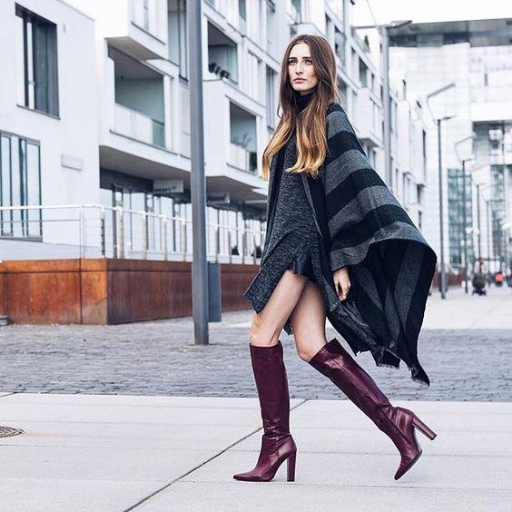 Zum grauen Strickkleid und Cape kombiniert Lisa von @Thelfashion unser Modell Clara in bordeaux. Einfach umwerfend! #poilei #bloggerstyle #boots #fashion