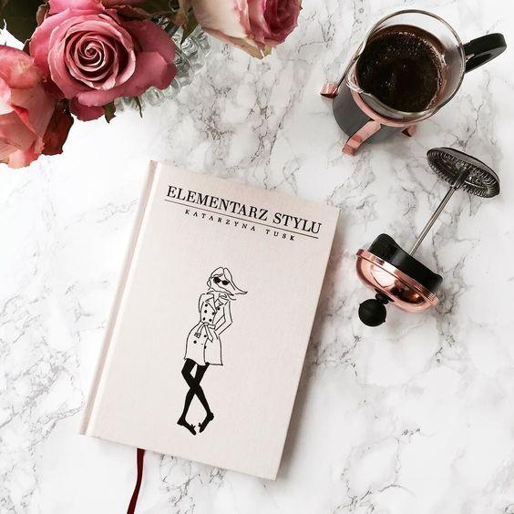 Currently reading this blush pink beauty of a book | Leider (noch) nicht übersetzt daher für die meisten hier nicht interessant aber oh ist es nicht ein wunderhübsches Buch? Ein total gelungener unaufgeregter Moderatgeber von der Autorin des Blogs @makelifeeasier_pl Wenn es auf englisch zu haben sein sollte mache ich Piep  _____________________________________ #elementarzstylu #kasiatusk #makelifeeasier #reading #blush #coffee #frenchpress #roses #widn