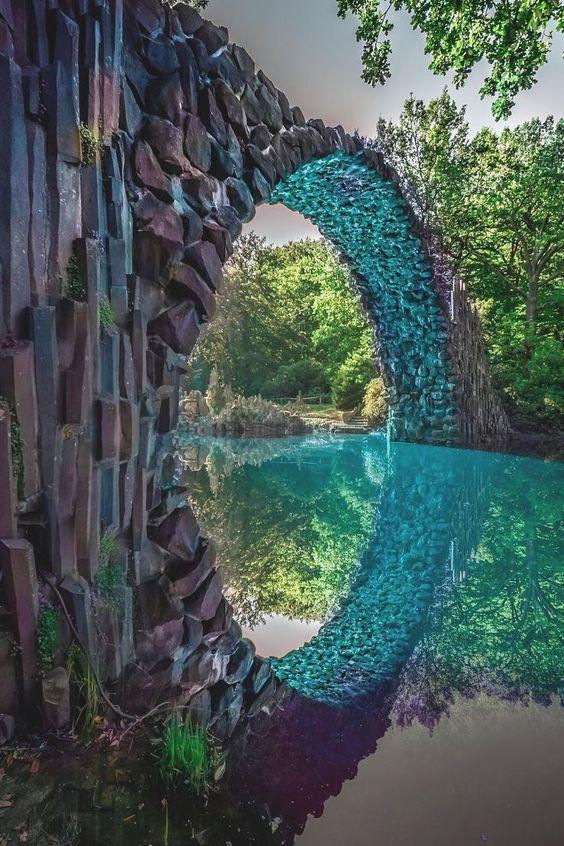 Rakotzbrücke beter bekend als 'the Devil's Bridge', gelegen in Duitsland. De brug dankt zijn naam aan dat dergelijke bruggen zo gevaarlijk of wonderbaarlijk waren dat ze door Satan moeten zijn gebouwd.