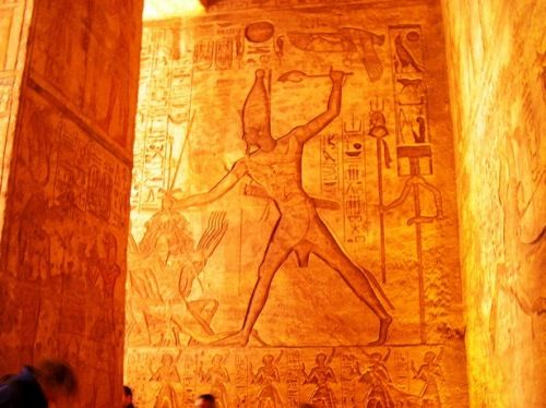 Abu Simbel.. Would love to go there... (http://cabracondisfrazdegato.com/2012/04/13/abu-simbel/)